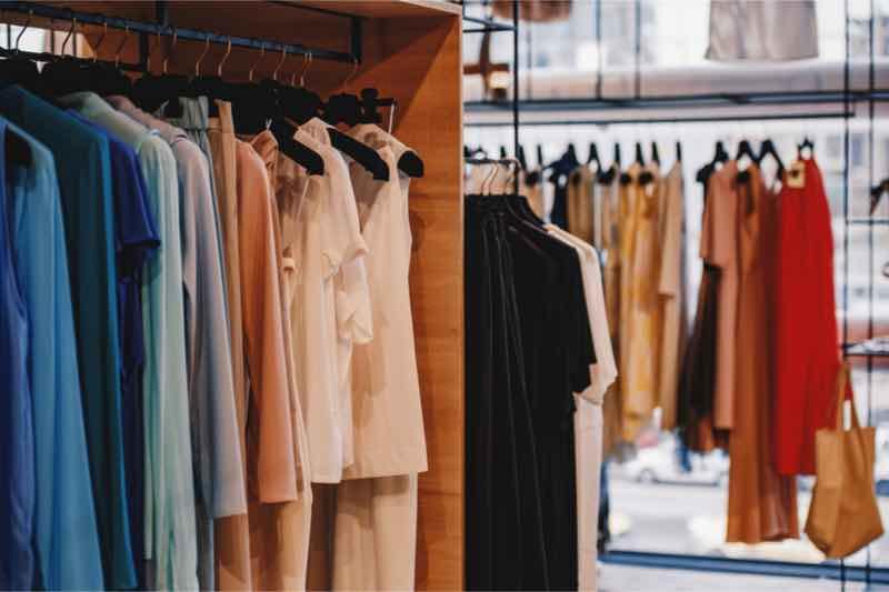 kleding in een winkel