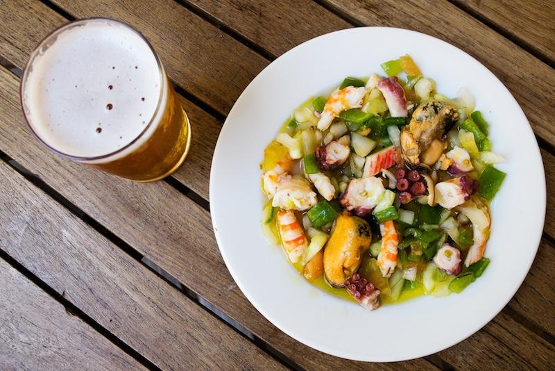 Salpicon de marsicos, zeevruchtensalade en een biertje