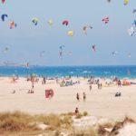 kitesurfers vliegers strand zee mensen