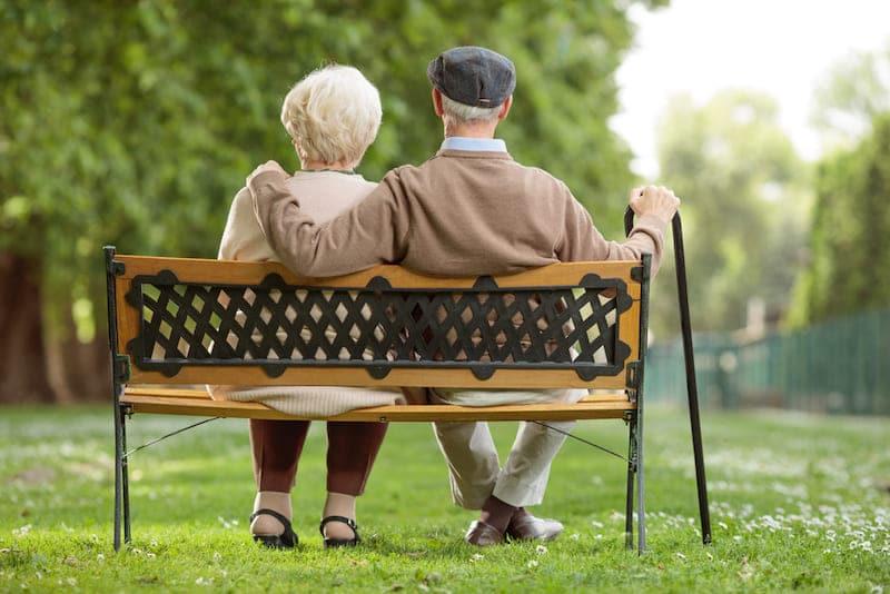 ouder stel op bankje