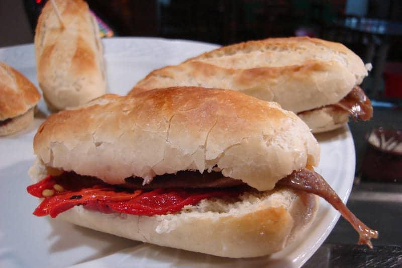 Spaans recept: broodje ansjovis met paprikamarmelade