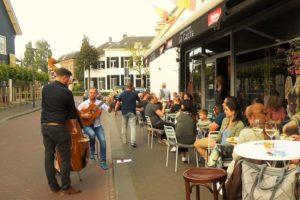 Muziekanten spelen muziek voor een restaurant in Spanje