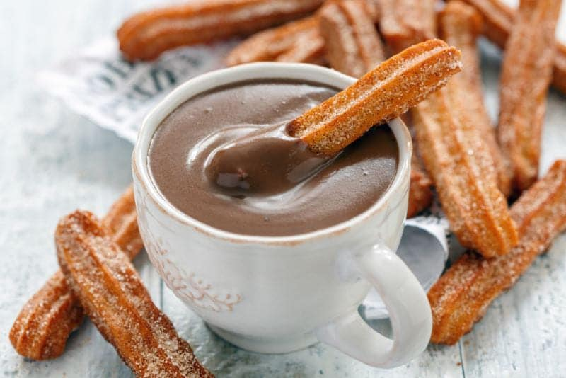 Churros in Chocolade dippen