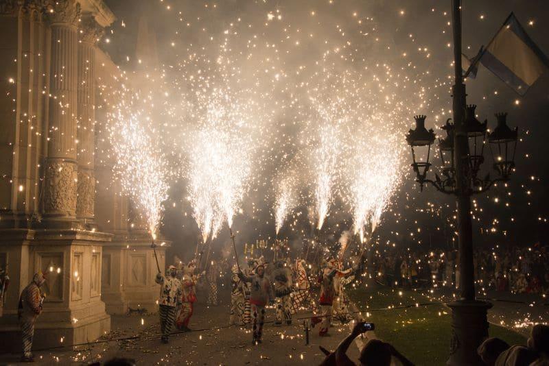 Mensen dansen met vuurwerk