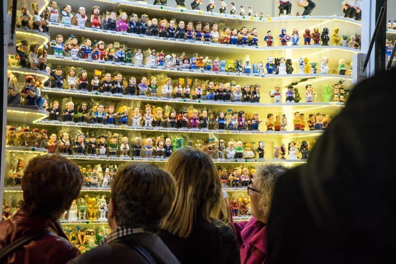 Caganers op de kerstmarkt kijken