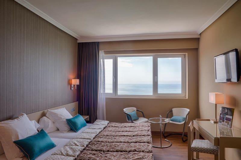 hotelkamer-bed-uitzicht-concha-beach