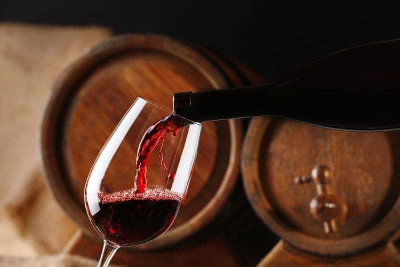 rode-wijn-uit-een-vat