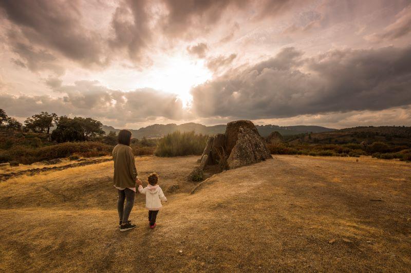 Moeder en kind in de natuur van Extremadura