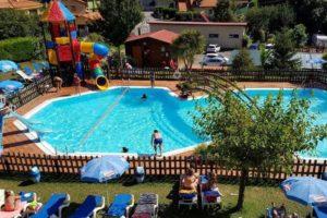 zwembad-camping-gasten-glijbaan