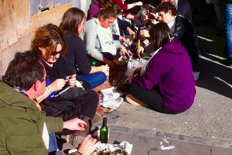 Mensen die op straat eten tijdens een spaanse feestdag