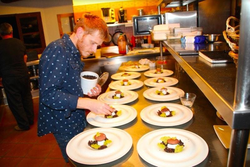 Opgemaakte borden door een kok