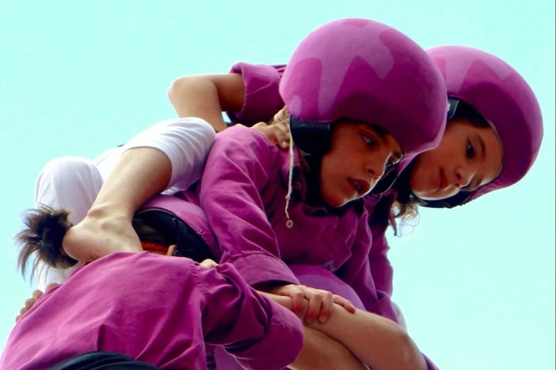 Kinderen die op elkaar klimmen tijdens Castellers