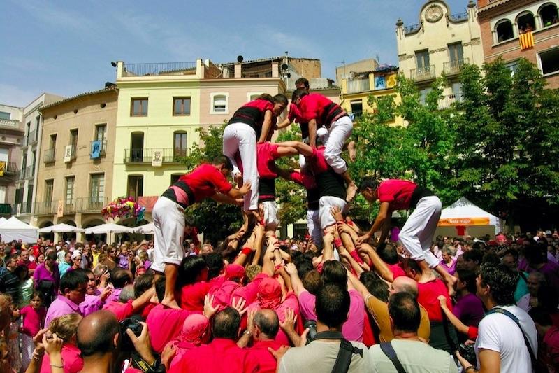 Mensen die op elkaar klimmen Castellers