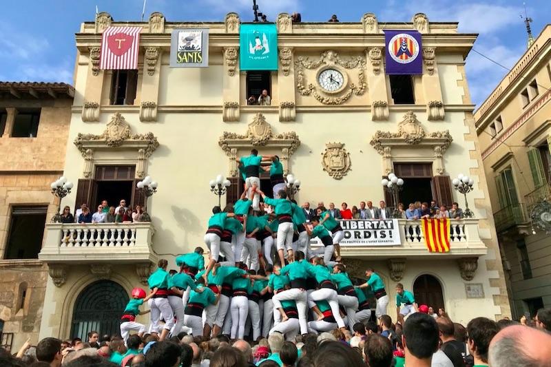 Mensen die op elkaar klimmen tijdens Castellers