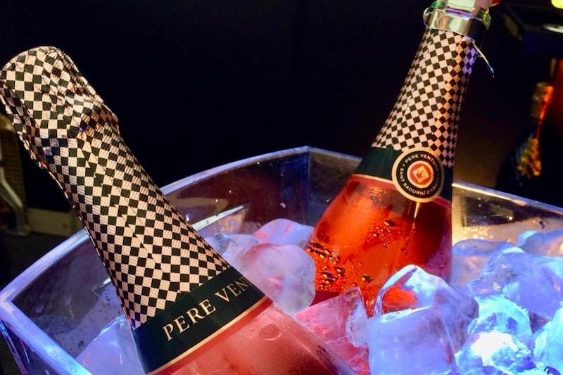 Champagne flessen in ijs