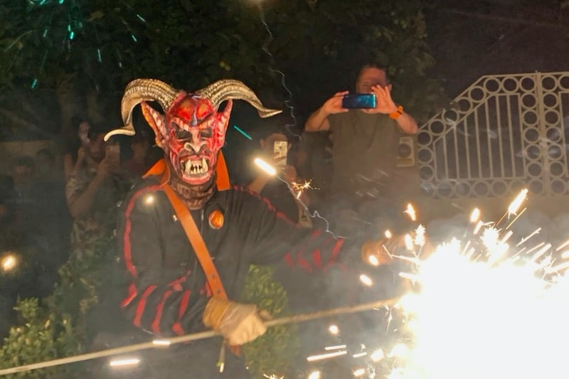 Man verkleed als duivel met vuur