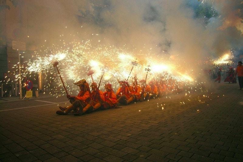 Mensen verkleed op de grond met vuur