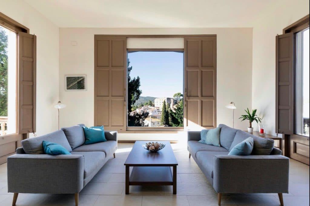 Een woonkamer met mooi uitzicht
