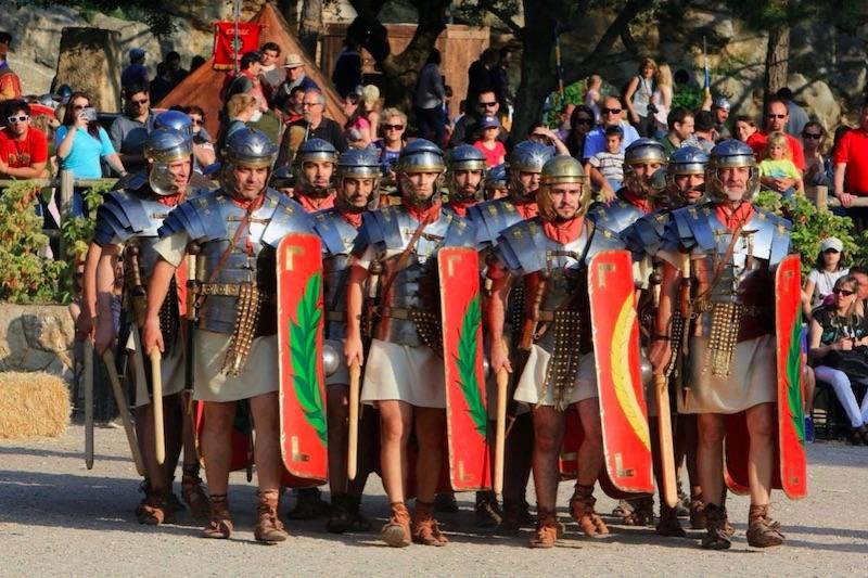 mannen verkleed als ridders tijdens Tarraco Viva