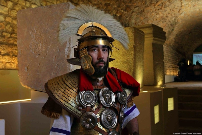 Man verkleed in ridder kostuum