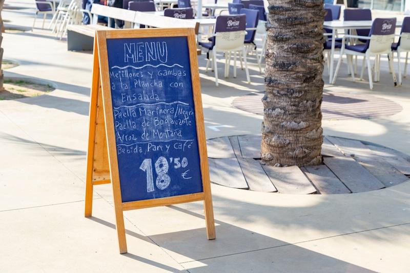 Krijtbord met het menu van de dag in Spanje