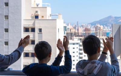Mensen klappen voor zorgpersoneel in Spanje tijdens coronacrisis