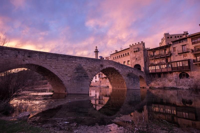 Roze lucht Valderrobres Spanje