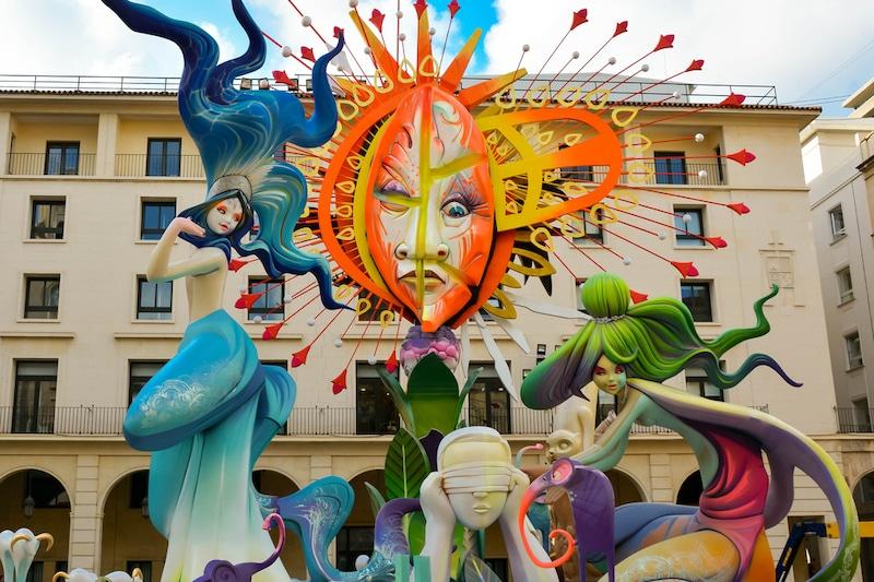 Hogueras Alicante grote iconische poppen