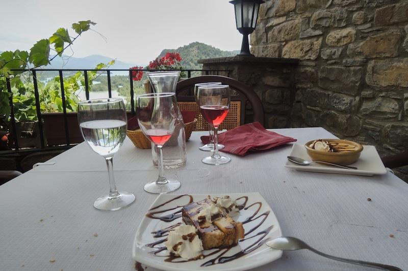 Restaurant teras met dessert en wijn in Huesca