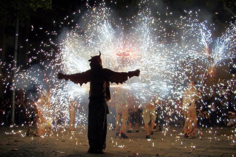 San Juan in Barcelona man tussen vuur en vuurwerk op straat