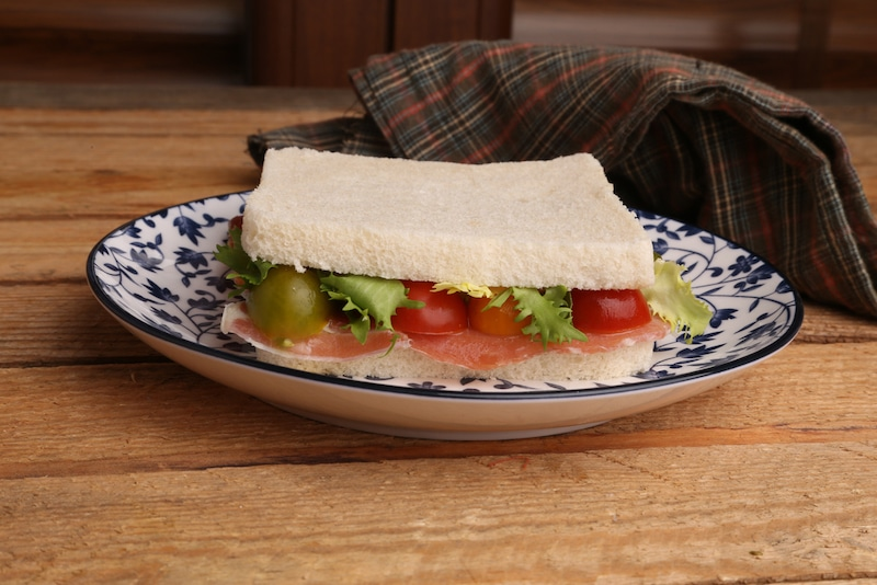 Sandwich met seranno ham, tomaten, sla en alioli