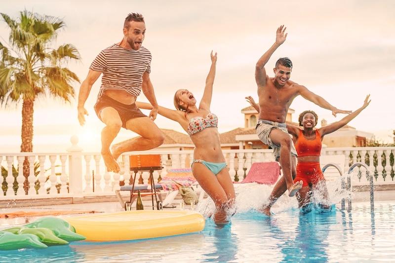 Jongeren die in een zwembad springen