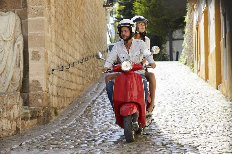 Stel op scooter op Ibiza