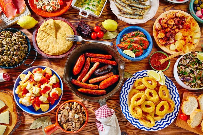tafel vol tapas gerechten
