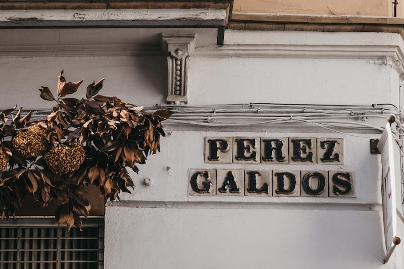 bordje met straatnaam in sevilla, spanje