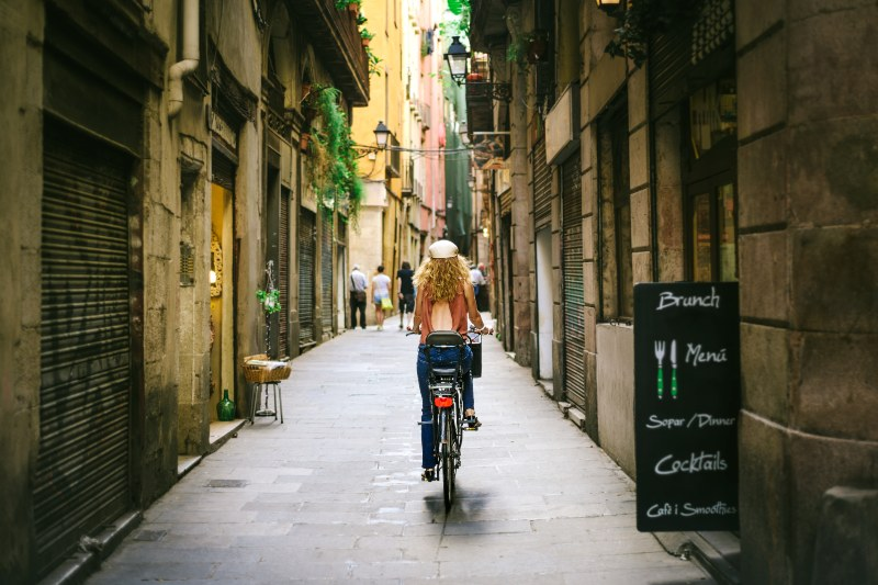 Fietsen door de smalle steegjes in Barcelona Spanje