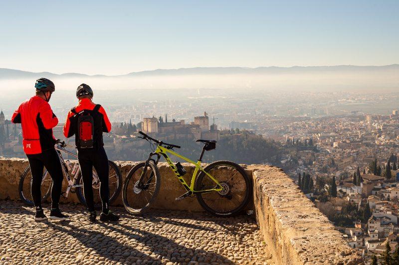 Fietsers kijken uit over Granada, Spanje