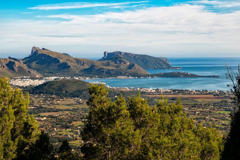 De baai van Pollença, Mallorca, met op de achtergrond de uitlopers van het Tramuntana gebergte