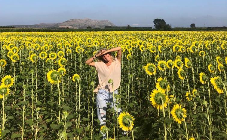Tessa Waalwijk en zonnebloemen